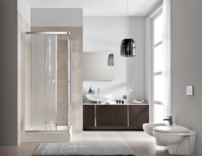 noweoczesna biało beżowa łazienka z szfkami w odcieniach drewna