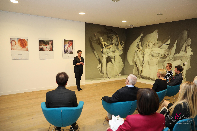 przemowa pani jolanty przed widzami na wystawie