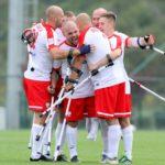 szczęśliwi Polacy, po wygranej. Wszysy stoją na boisku i przytulają się.