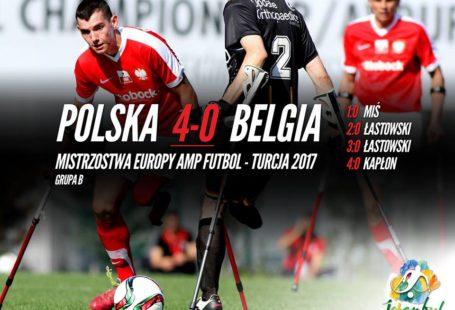 plakat obwieszczający wygrany mecz reprezentacji polski ampfutbolistów z belgią, po lewej stronie nazwiska naszych strzelców.