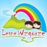 logo przedszkola czyli główki chłopczyka i dziewczynki na tle zielonej górki tęczy i chmury