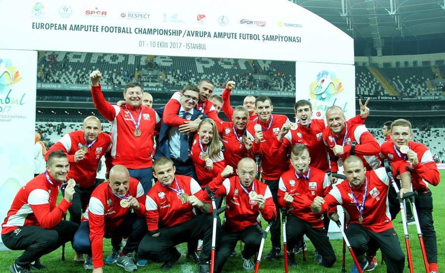 Polska 3. drużyną Mistrzostw Europy 2017, na zdjęciu znajduje się polska drużyna narodowa ampfutbolistów, wszyscy są bardzo szczęśliwi, każdy ma czarne dresy oraz czerwoną bluzę