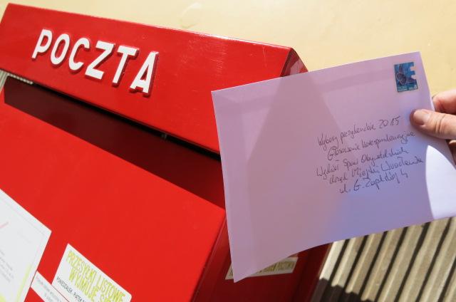 zdjęcie przedstawia list z dopiskiem wybory na prezydenta 2015, głosowanie korespondencyjne, w trakcie wkładania go do skrzynki pocztowej