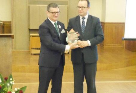 zdjęcie z gali wręczenia nagrody Rzecznika Praw Obywatelskich dla Pana Marka, obaj stoją i i pozują z nagrodą do zdjęcia