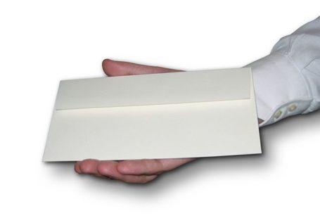 ręka podaje list na białym tle