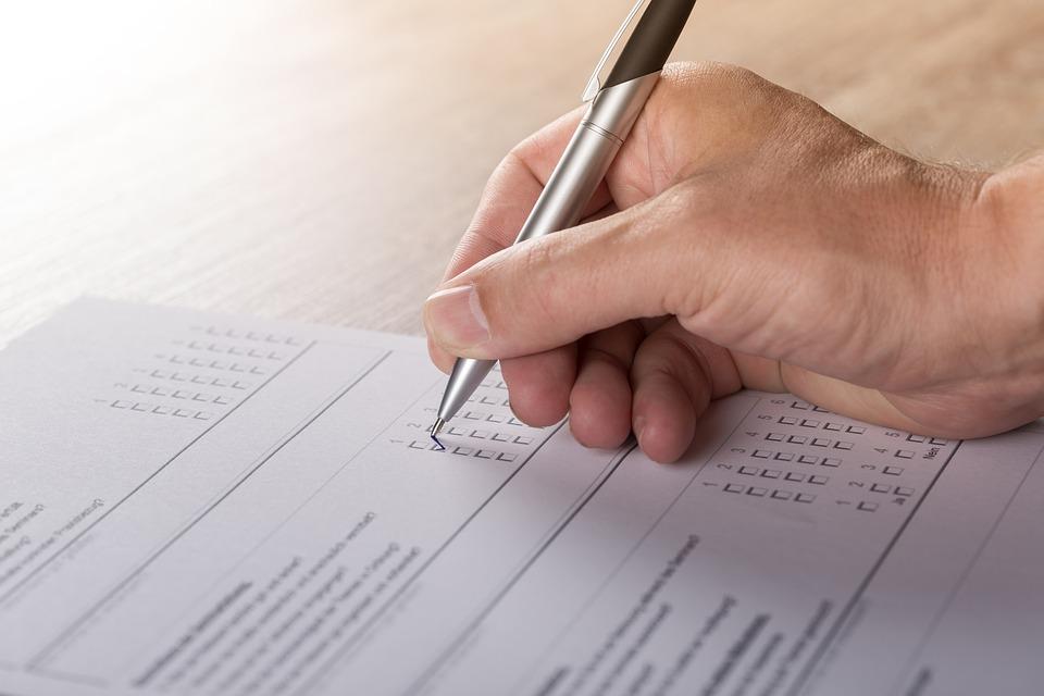 zdjęcie przedstawia kadr rzucony na prawą dłoń w trakcie wypełniania dokumentu.