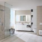 Łazienka w kolorach natury i przycisk spłukujący Geberit Sigma40, który jest wyposażony w funkcję usuwania zapachów bezpośrednio z miski WC.