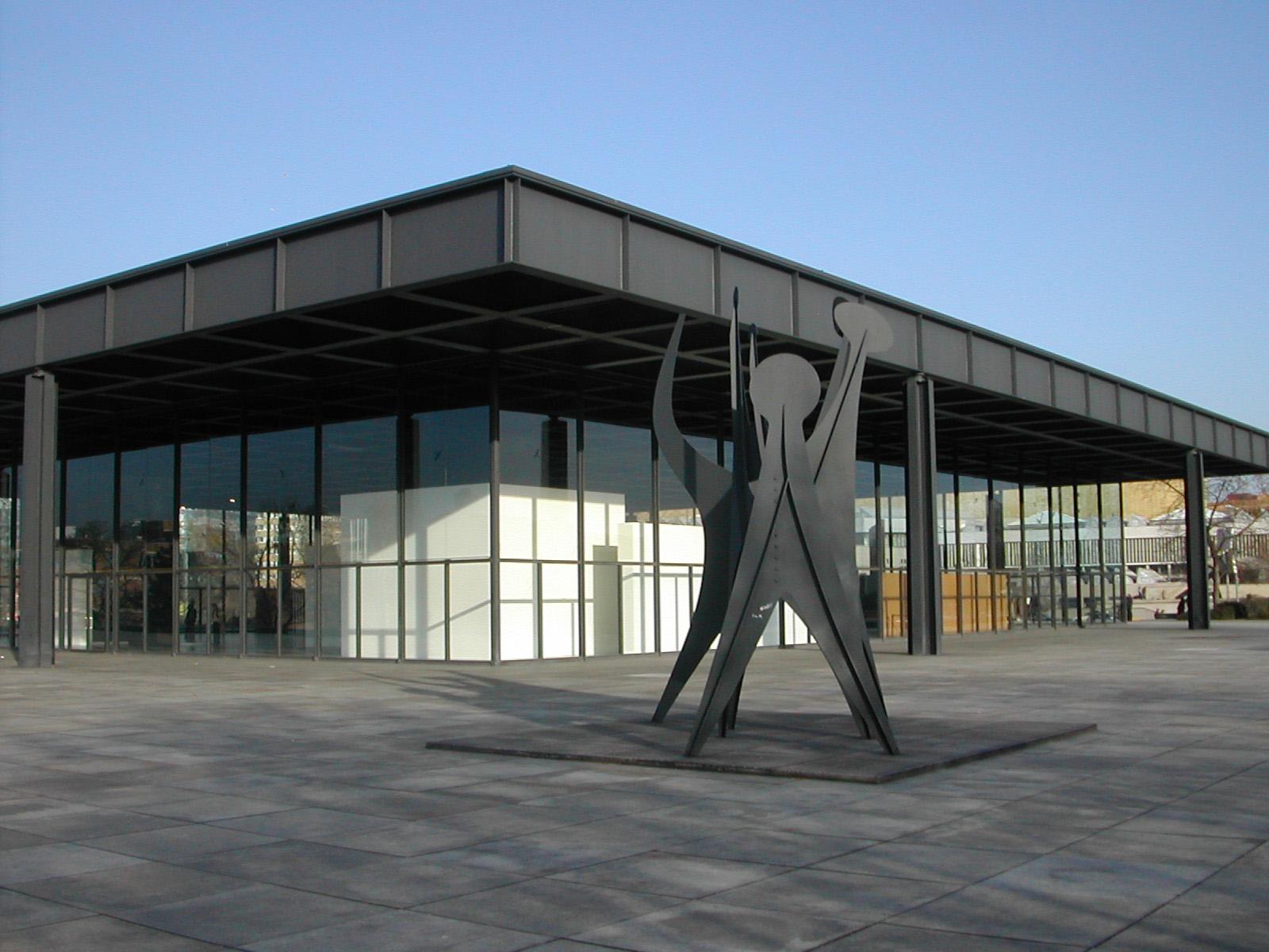 na zdjęciu znajduje się budynek w stylu Modernizmu: L. Mies van der Rohe, Nowa Galeria Narodowa w Berlinie, jest cały w szybach z płaskim dachem
