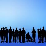 zdjęcie przedstawia zaciemnione postury na niebieskim tle różnych osób, dorosłych, dzieci, osób starszych i osób z niepełnosprawnościami. Wszyscy pokazani są w jednym rzędzie, każdy jest tu równy, nikt nie jest wykluczony