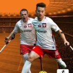plakat Energa Partner Główny Amp Futbol Polska czyli dwóch ampfotbolistów w trakcie gry na tle w odcieniach sepii