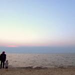 Film dla Stasia kadr z filmu, mały chłopczyk wraz z mężczyzną stoją nas brzegiem morza
