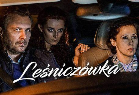 zdjęcie przedstawia plakat promujący serial leśniczówka, widnieją na nim aktorzy jadący autem, a wśród nich Iwona Cichosz