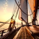 zdjęcie przedstawia piękny jacht dryfujący na morzu