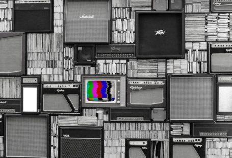 zdjęcie przedstawia różne obrazki z telefizorami, wszystkie sa szare i wyłączone a jeden po środku jest kolorowy, włączony z sygnałem niedostępnego programu