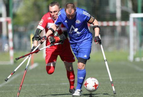 I turniej Amp Futbol Ekstraklasa 2018 dwóch grających zawodników biegnących za piłką, fot. Bartłomiej Budny