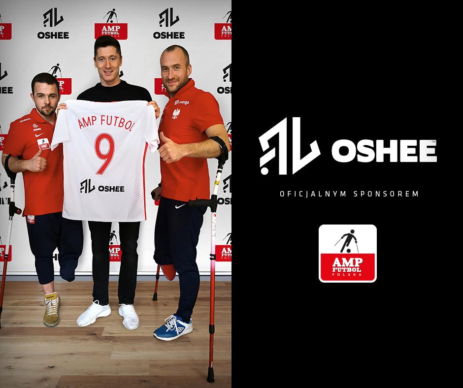 Lewandowski i OSHEE sponsorami reprezentacji Amp Futbol FB. Lewandowski pozuje na ściance z dwoma ampfutbolistami, trzyma koszulkę z numerem 9