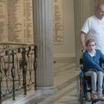 W Sejmie protest rodziców osób niepełnosprawnych. Na zdjęciu dwie dorosłe osoby z dwiema młodymi niepełnosprawnymi (jedna z nich na wózku), przechadzający się po korytarzu w sejmie
