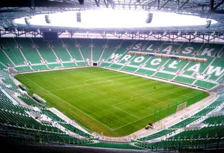 na zdjęciu widoczny jest stadion śląska Wrocław, puste krzesełka oraz murawa