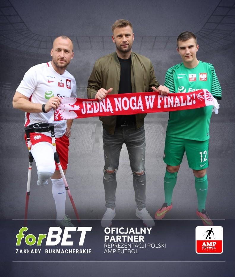 na zdjęciu znajdują się piłkarze ampfutbolowi wraz z Borucem trzymają szalik z napisem jedną nogą w finale