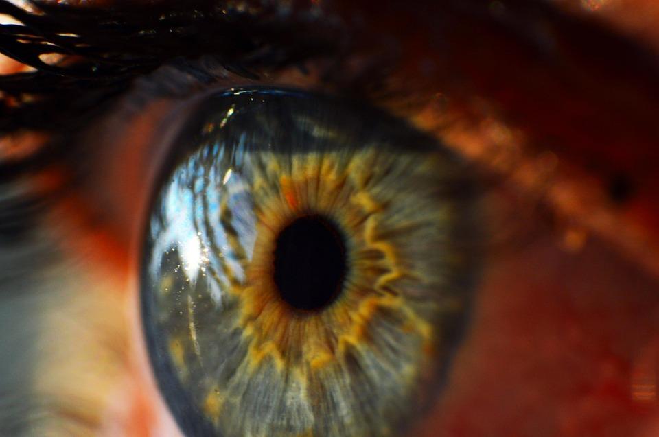 obrazek przedstawia ludzkie oko sfotografowane z bardzo bliska. Ma niebieski kolor