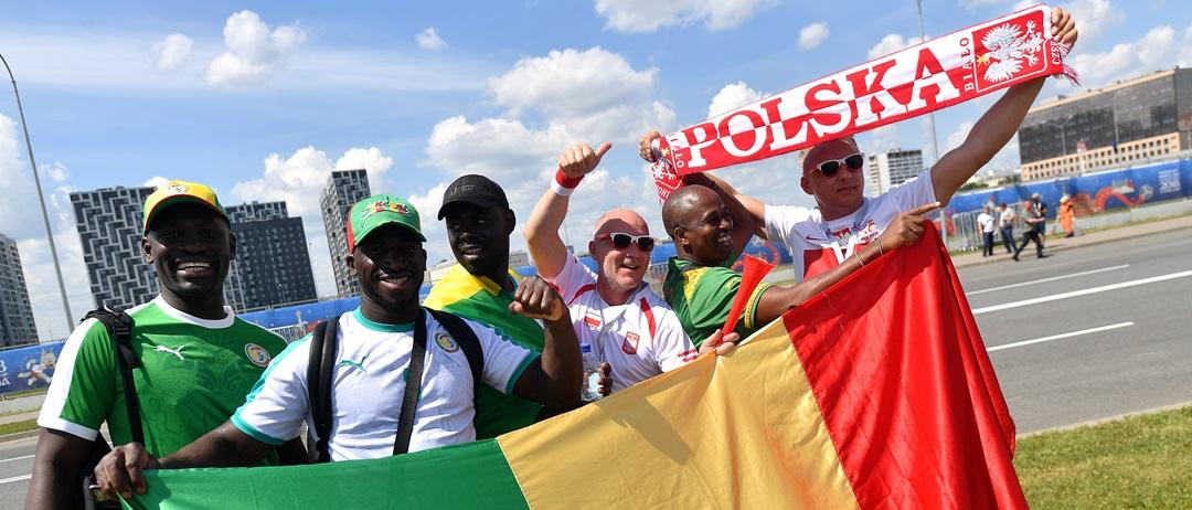 polscy i senegalscy kibice przed meczem w drodze na stadion w Moskwie