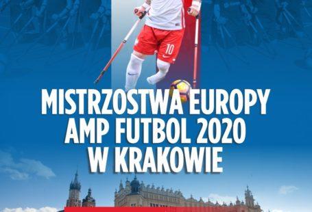 plakat promujący mistrzostwa europy amp futbol 2010 w krakowie, na niebieskim tle pośrodku znajduje się zawodnik ampfutbolowy, pod nim napis, na samym dole zdjęcie kościoła mariackiego i sukiennic oraz logo Krakowa oraz napis miasto kandydat