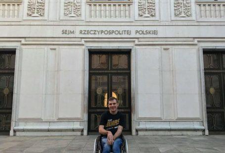 Kuba na wózku inwalidzkim przed wejściem do sejmu Rzeczypospolitej Polskiej