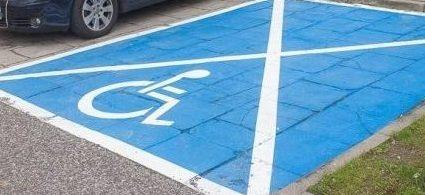 parking dla niepełnosprawnych z niebieską kopertą