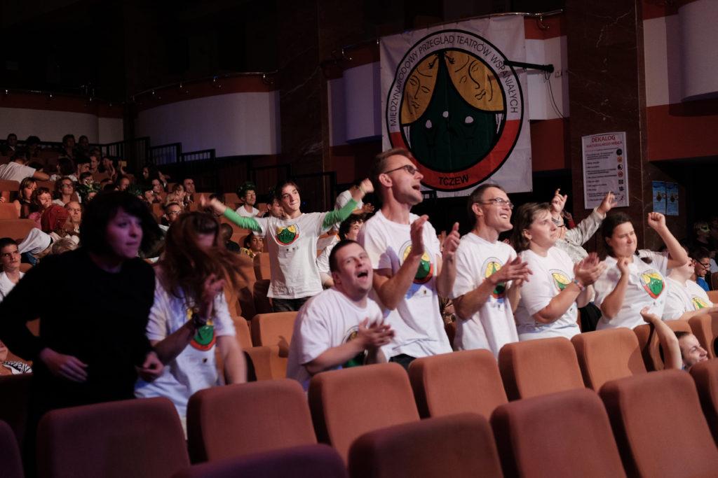wiwatująca publiczność po spektaklu