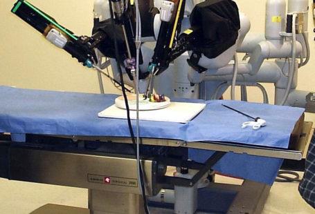 Zdjęcie przedstawia Laproscopic Surgery Robot, czyli mechaniczny lekarz da Vinci