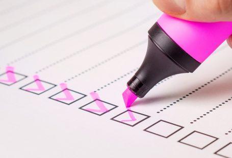 zdjęcie przedstawia listę wyborczą z odhaczonymi różowym flamastrem polami