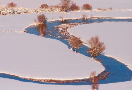 rzeka w krajobrazie zimowym
