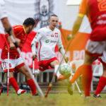 urywek z meczu z hiszpanami, po środku stoi polski zawodnik, ktorego otaczaja hiszpanie ubrani na czerwono