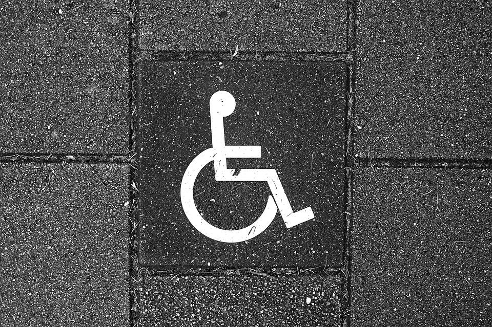 wózek inwalidzki namalowany na bruku