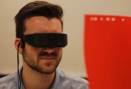 kadr z filmiku colorophone w serwisie YouTube.com na którym męzczyzna ma załozone specjalne okulary, które są częścią colorophone'u