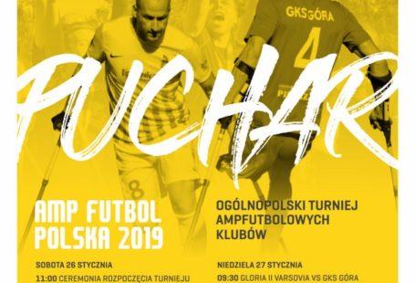 Plakat promujący Puchar Amp Futbol Polska. Na żółtym tle wypisane są dni oraz godziny poszczególnych meczy. W tle grający ampfutboliści.