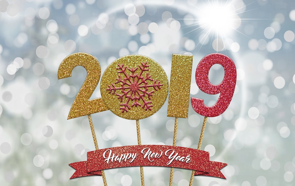 kolorowy napis dwa tysiące dziewiętnaście z dopiskiem happy new year