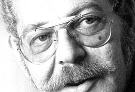 Portret Victora Papanka. Ma na nosie okulary a pod nosem wąsa, fotografia jest czarno-biała