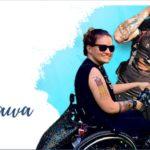 top ze strony internetowej fundacji kulawa Warszawa. Troje uśmiechniętych ludzi na wózkach inwalidzkich zwróconych w stronę obiektywu