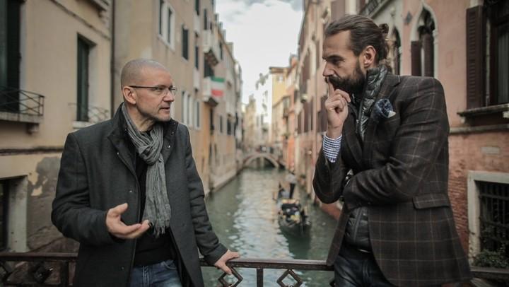 rozmowa z Robertem Koniecznym na moście w Wenecji