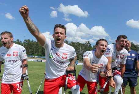 Polska Belgia w Rzepinie. szczęśliwi zawodnicy po wygranym meczu