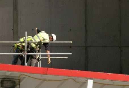 zdjęcie przedstawia robotników na budowie