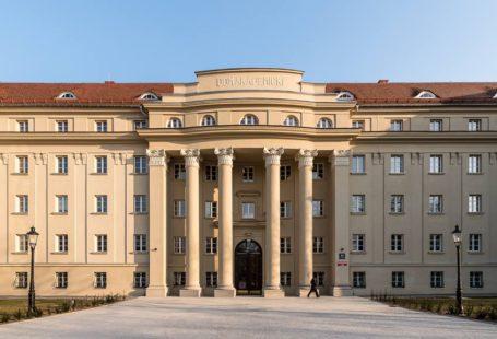 budynek domu studenckiego hanka z zewnątrz. Kremowa fasada oraz czerwony dach wyglądają bardzo estetycznie