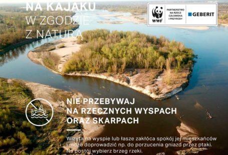 plakat promujący akcję na kajaku w zgodzie z naturą. Jest to zdjęcie z góry rzeki na środku której jest wyspa z drzewami. Na plakacie jest również napis nie przebywaj na rzecznych wyspach oraz skarpach
