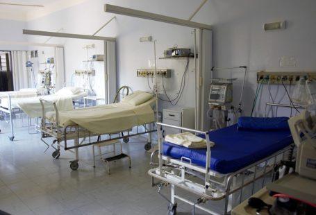 sala szpitalna z trzema łóżkami i aparaturą