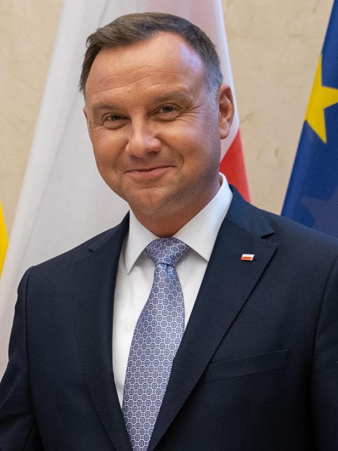 Portret prezydenta Andrzeja Dudy na tle flagi Polski i Unii europejskiej. Zdjęcie z 2019 roku