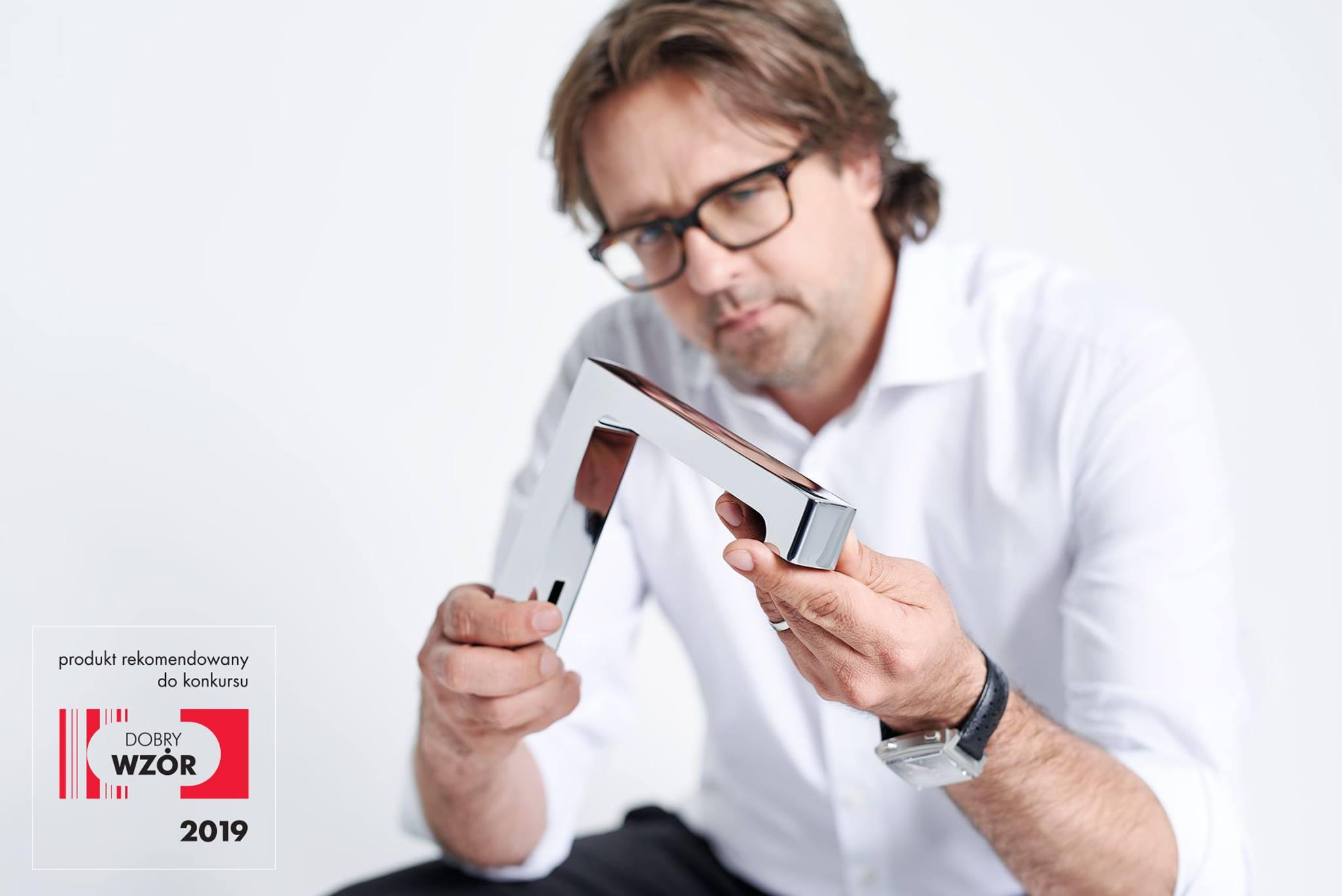 mężczyzna trzymający baterię geberit