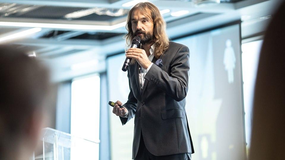 mężczyzna prowadzący konferencję