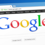 zdjęcie przedstawia skadrowany ekran laptopa, na którym włączona jest przeglądarka google i dobrze widoczne logo