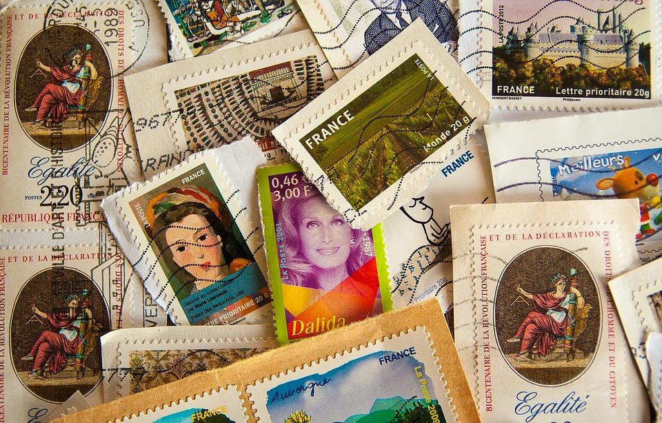 zdjęcie przedstawia przeróżne znaczki pocztowe